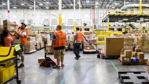 Amazon tăng cường nhân công giải quyết đơn hàng nhu yếu phẩm ngày một lớn