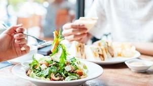 Chế độ ăn có thể giảm đến 73% nguy cơ mắc COVID-19 ở thể nặng