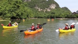 Thuyền Kayak đưa du khách hoà mình vào cảnh vật thiên nhiên Tràng An