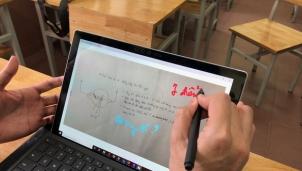 Học sinh dùng điện thoại trong lớp để phục vụ học tập