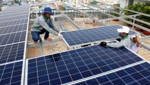 Lắp đặt hệ thống điện mặt trời trên mái nhà các trụ sở công