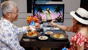 Những bữa ăn thịnh soạn và các vị khách vẫn ăn diện chỉn chu dù chỉ xuất hiện trên Zoom Tại SIngapore