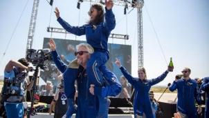 Tỉ phú Branson và ba nhân viên của ông đến rìa vũ trụ và hạ cánh thành công