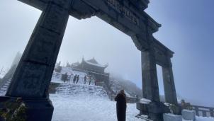 Tuyết phủ dày trong khuôn viên khu du lịch Fansipan