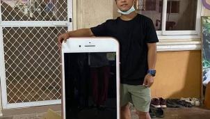 """""""Dở khóc dở cười"""" mua hàng online: Chàng trai Thái Lan nhận iPhone 7 """"siêu khỏng lồ"""""""