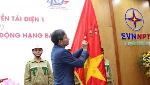 Đơn vị đảm nhận truyền tải điện 28 tỉnh/thành phía Bắc đón nhận Huân chương Lao động hạng Ba