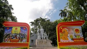 """Hà Nội – Phố phường rực rỡ cờ hoa, khẩu hiệu, biểu ngữ trước """"Ngày hội non sông"""" 23/5"""