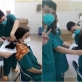 Các nữ bác sĩ ở Đà Nẵng cắt ngắn tóc để lên tuyến đầu COVID-19