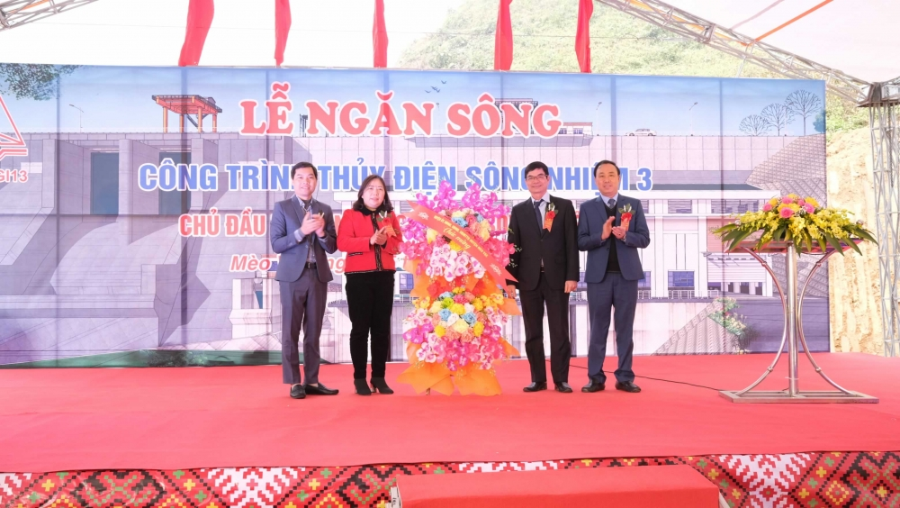 Lãnh đạo huyện Mèo Vạc tặng hoa chúc mừng chủ đầu tư dự án thủy điện Sông Nhiệm 3