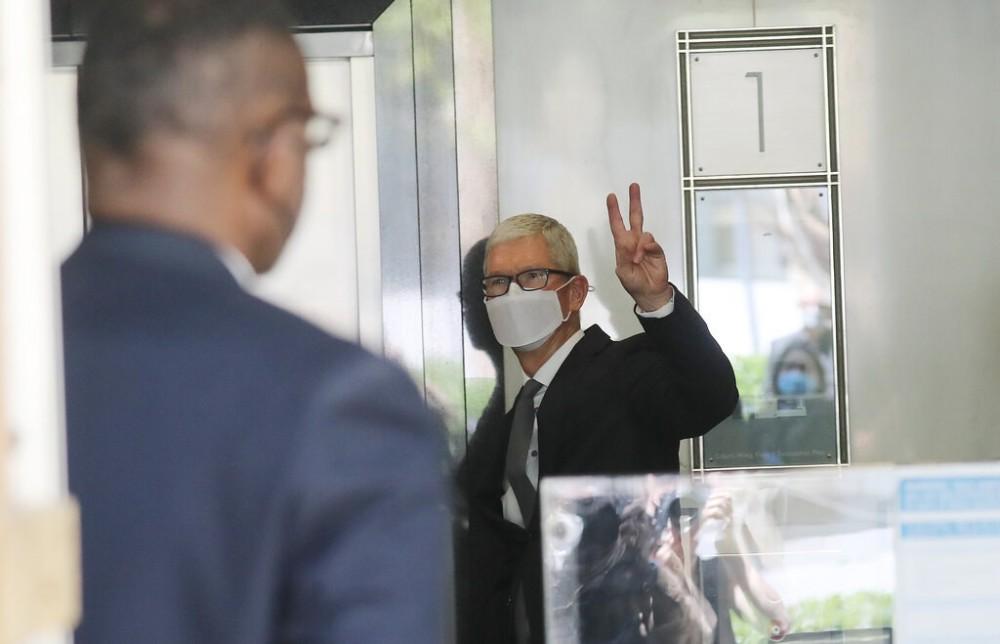 Tim Cook rời tòa án sau lời khai vào tháng 5 trong vụ kiện Epic Games với Apple