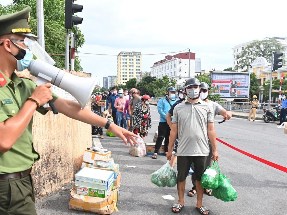 Chỉ số tia UV ở Hà Nội ngày 16/8 ở mức cực đại gây ảnh hưởng xấu đến sức khoẻ của những người phải hoạt động ngoài trời