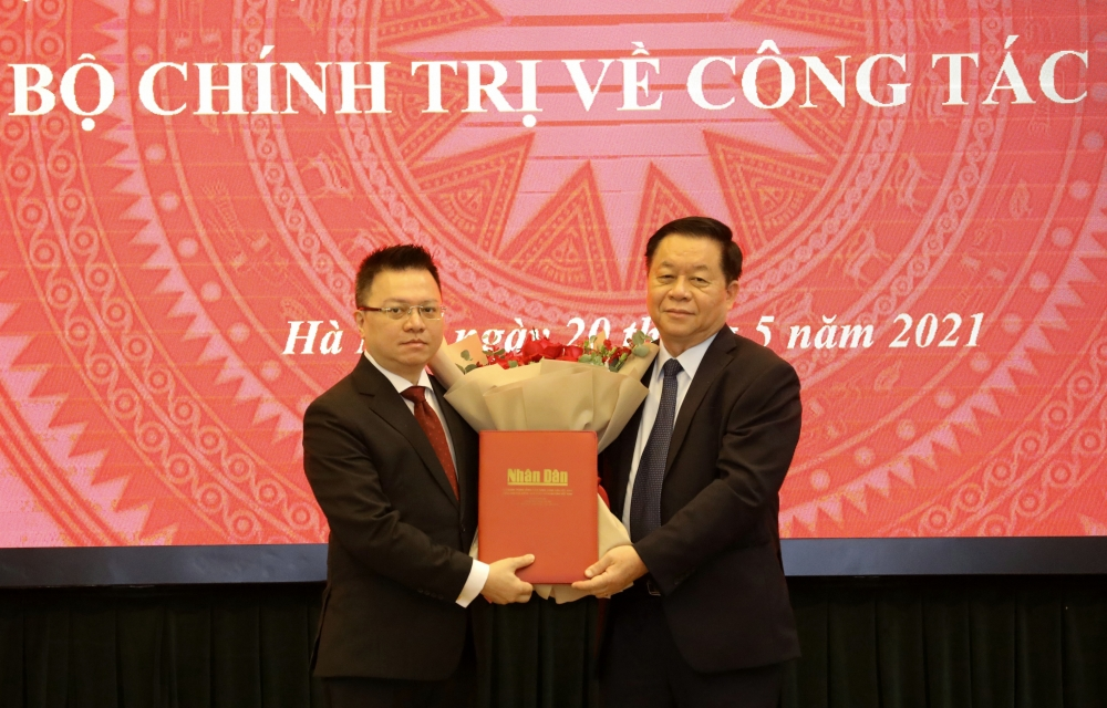 Trưởng Ban Tuyên giáo Trung ương Nguyễn Trọng Nghĩa trao Quyết định của Bộ Chính trị cho tân Tổng Biên tập Báo Nhân dân Lê Quốc Minh