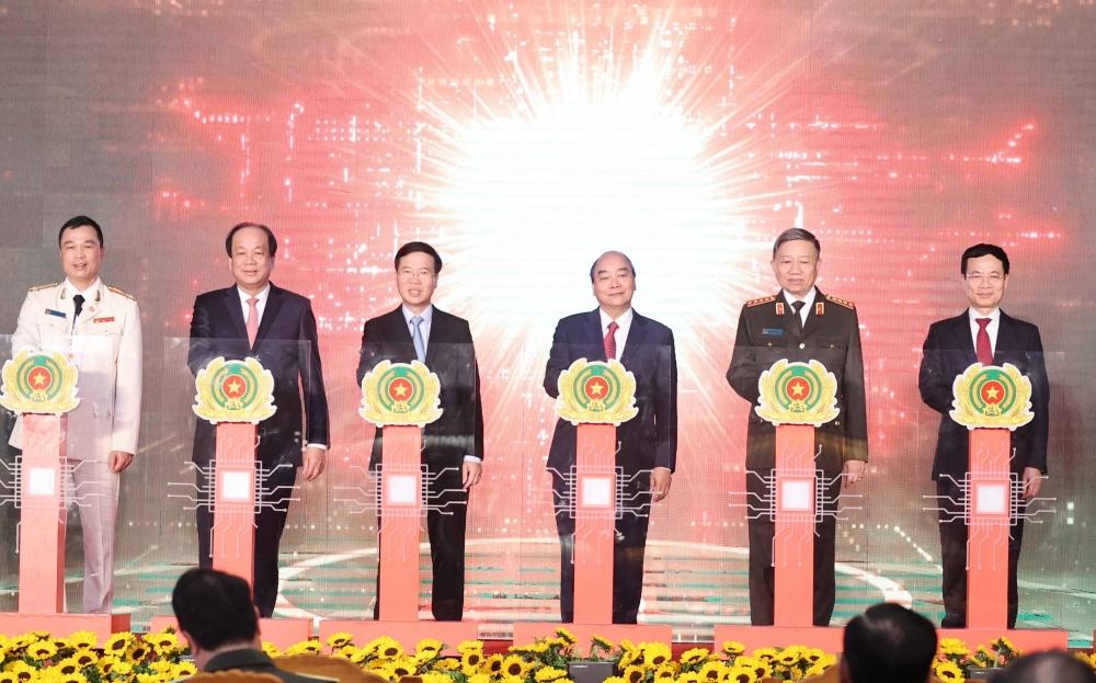 Các đại biểu bấm nút chĩnh thức vận hạnh CSDL Quốc gia về dân cư cùng với hệ thống sản xuất, cấp và quản lý CCCD