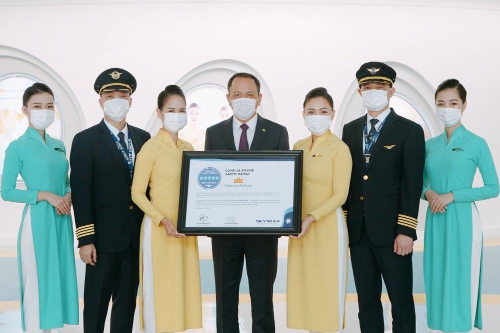 Đại diện Vietnam Airlines nhận giải thưởng của Skytrax đánh giá dịch vụ chuẩn 5 sao