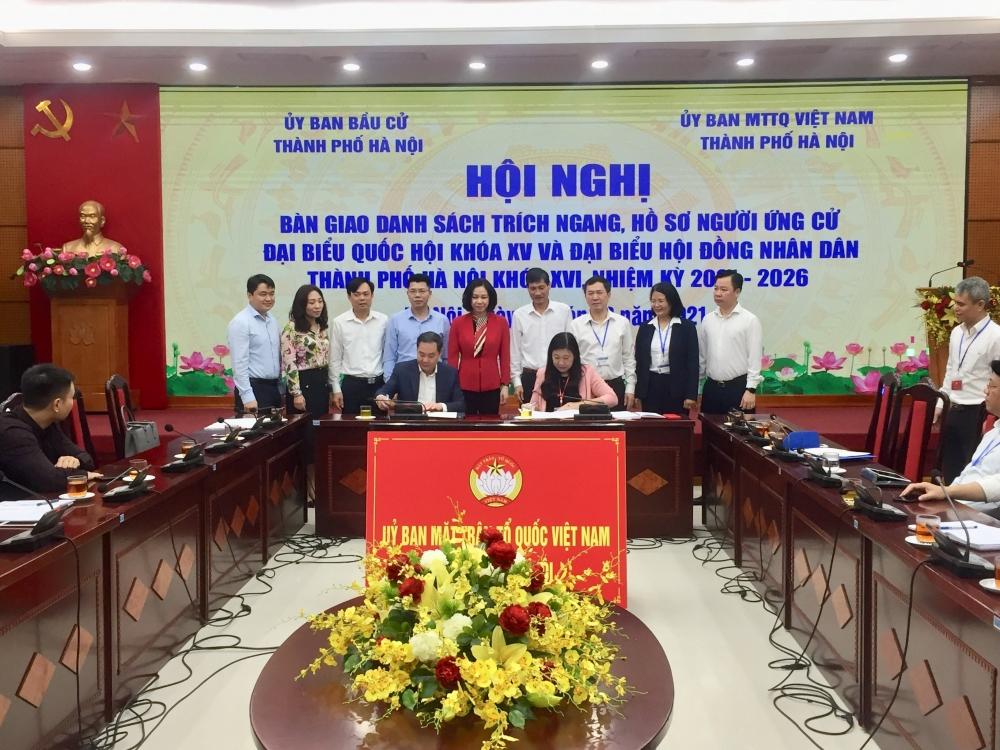 Uỷ ban bầu cử đại biểu Quốc hội khoá XV và HĐND Thành phố Hà Nội khoá XVI bàn giao hồ sơ các ứng cử viên để Uỷ ban MTTQ Việt Nam Thành phố phục vụ công tác hiệp thương