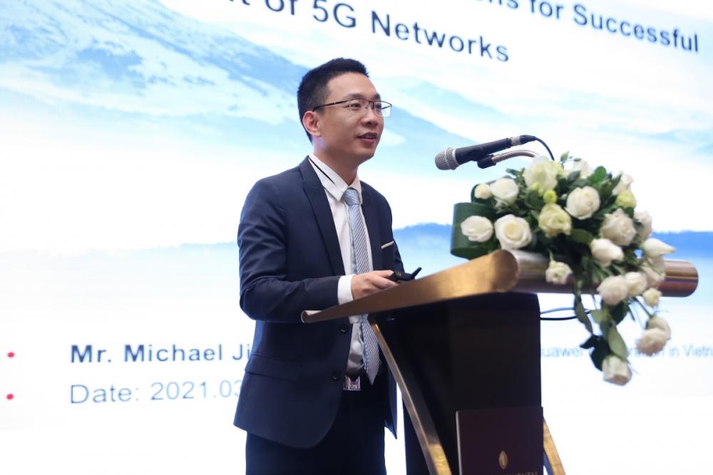 CTO Huawei Việt Nam Michael Jiang trình bày giải pháp triển khai mạng 5G được tiết giảm chi phí nhờ vào tiết kiệm năng lượng