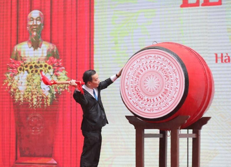 Chủ tịch UBND thành phố Hà Nội đánh trống khai trường trong buổi truyền hình trực tiếp