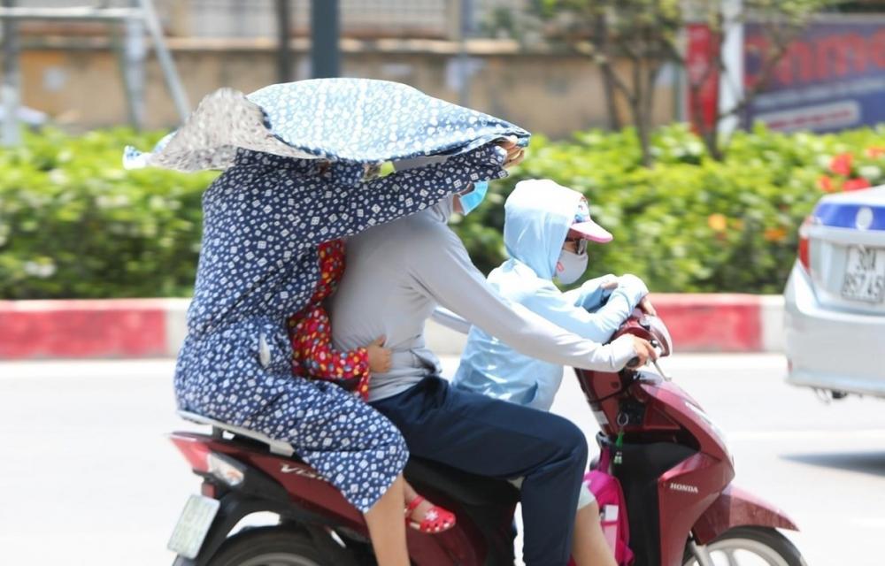 Nắng nóng gay gắt hiện nay có thể gây tổn hại sức khoẻ rất lớn đối với người tiếp xúc lâu với ánh nắng