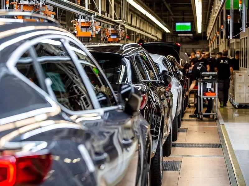 Ngành công nghiệp ô tô thế giới đang đứng trước khủng hoảng kép