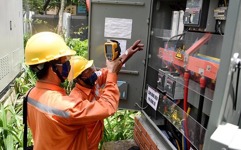 Những kỷ lục về sản lượng tiêu thụ điện trong những ngày nắng nóng cực đoan vừa qua có thể khiến hệ thống truyền tải điện quá tải