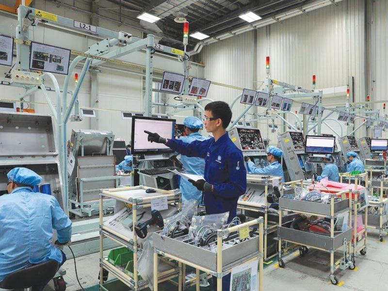 Thiết bị, máy móc đang giúp loài người có thể tập trung cho các công việc có hàm lượng chất xám cao hơn