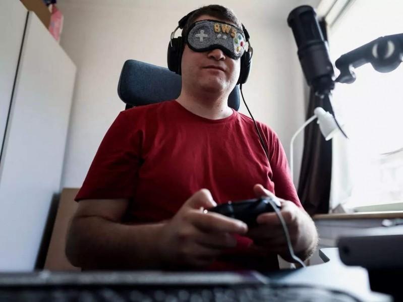 """Nhờ vào sự phát triển của công nghệ hỗ trợ chữ nổi Braille mà """"game thủ"""" Sven van de Wege có thể thoả mãn niềm đam mê với trò chơi điện tử"""