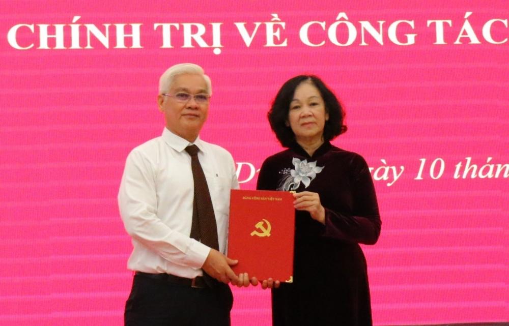 Trưởng Ban Tổ chức Trung ương Trương Thị Mai trao Quyết định của Bộ Chính trị cho tân Bí thư Tỉnh uỷ Bình Dương Nguyễn Văn Lợi