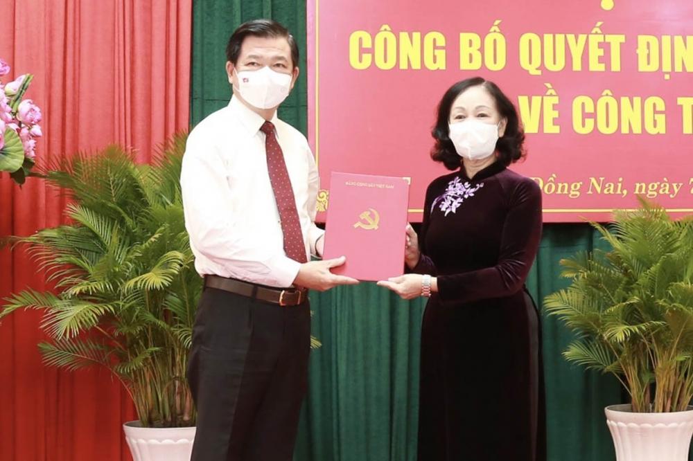Trưởng Ban Tổ chức Trung ương Trương Thị Mai trao Quyết định cho tân Bí thư Tỉnh uỷ Đồng Nai Nguyễn Hồng Lĩnh