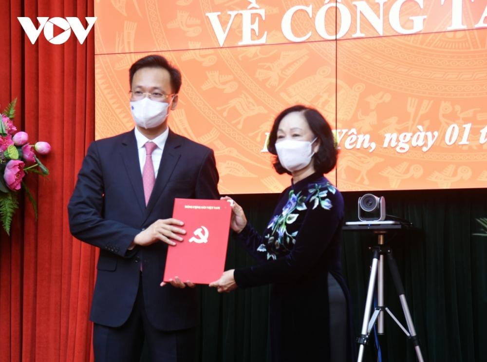 Trưởng ban Tổ chức Trung ương Trương Thị Mai trao quyết định cho tân Bí thư Tỉnh uye Hưng Yên Nguyễn Hữu Nghĩa