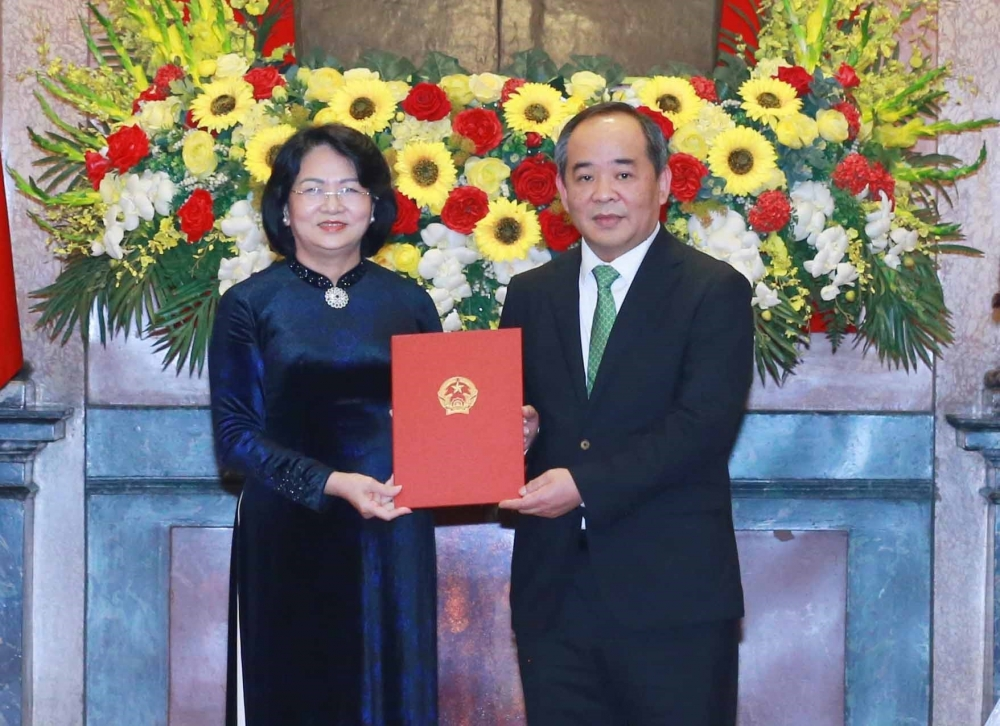 Phó Chủ tịch nước Đặng Thị Ngọc Thịnh trao Quyết định bổ nhiệm của Chủ tịch nước đối với ông Lê Khánh Hải