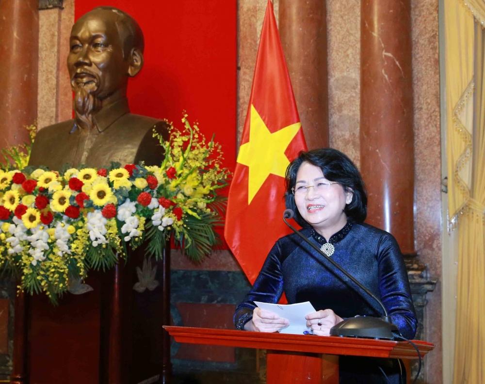 Phó Chủ tịch nước Đặng Thị Ngọc Thịnh chúc mừng tân Chủ nhiệm Văn phòng Chủ tịch nước Lê Khánh Hà