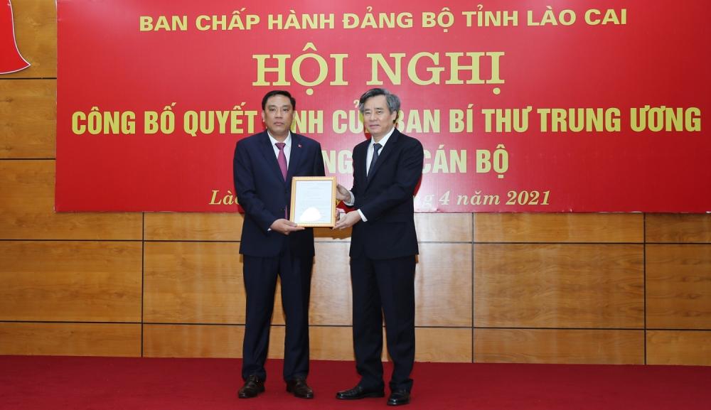 Phó Trưởng Ban Tổ chức Trung ương Nguyễn Quang Dương trao Quyết định của Bộ Chính trị điều động và bổ nhiệm tân Phó Bí thư Tỉnh uỷ Lào Cai Hoàng Giang