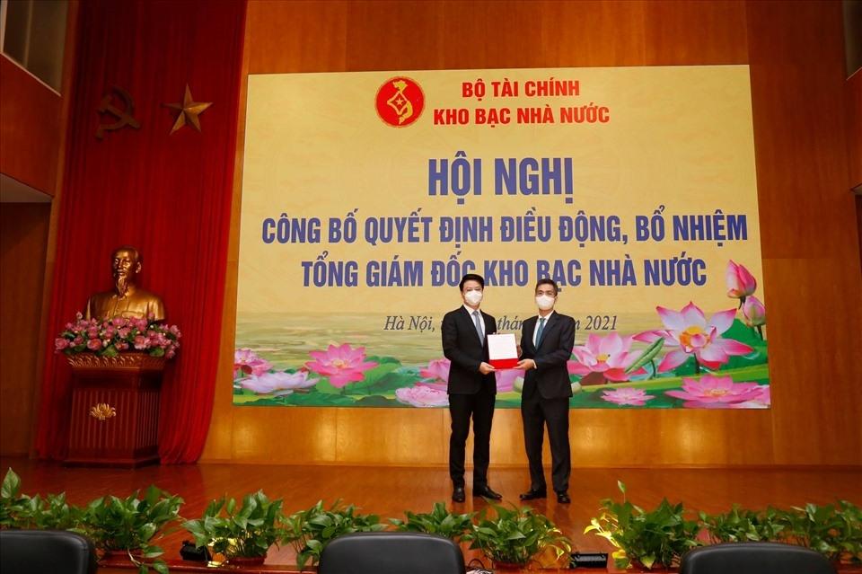 Thứ trưởng Bộ Tài chính Vũ Thành Hưng trao Quyết định bổ nhiệm cho tân Tổng giám đốc Kho bạc Nhà nước Trần Quân