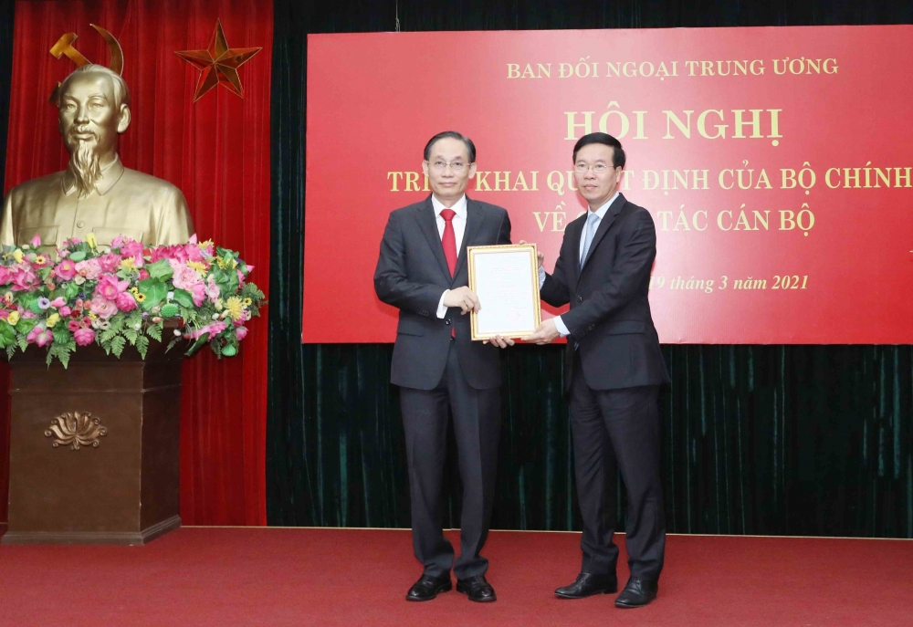Thường trực Ban Bí thư Võ Văn Thưởng trao Quyết định của Bộ chính trị điều động và bổ nhiệm tân Trưởng Ban Đối ngoại Trung ương Lê Hoài Trung