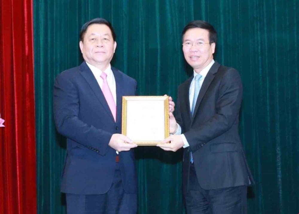 Thường trực Ban Bí thư Võ Văn Thưởng trao quyết định và tặng hoa chúc mừng tân Trưởng Ban Tuyên giáo Trung ương Nguyễn Trọng Nghĩa.
