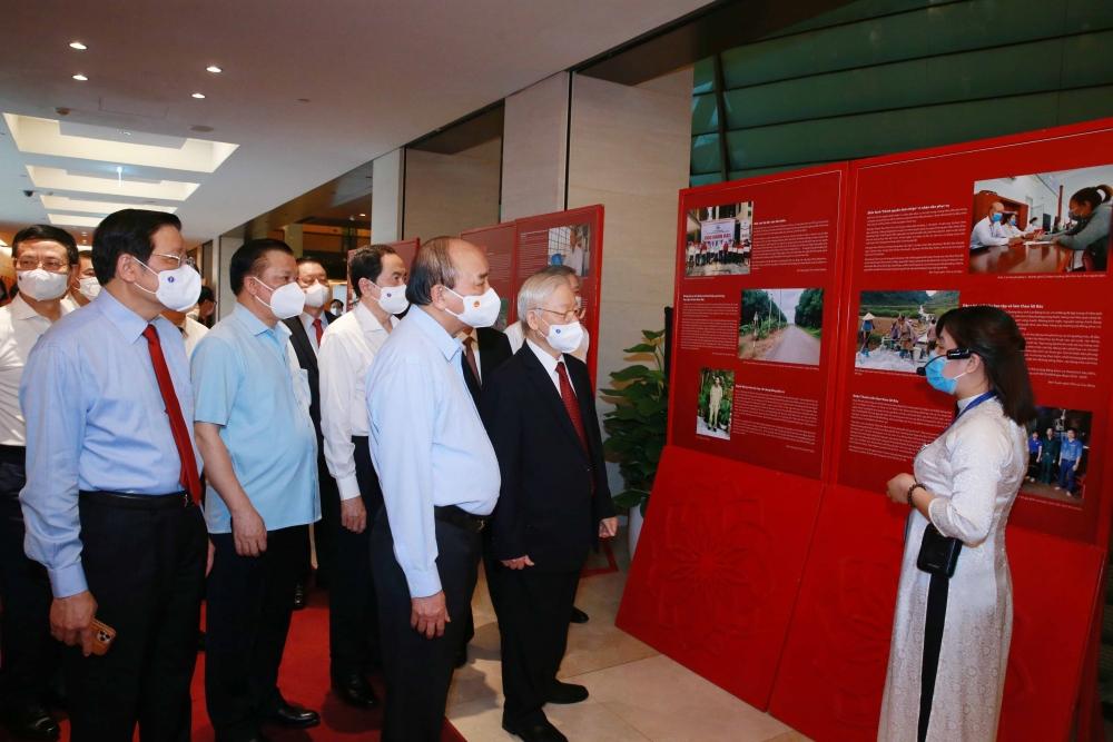Đại biểu tham quan không gian trưng bày về tư tưởng, đạo đức, phong cách Hồ Chí Minh