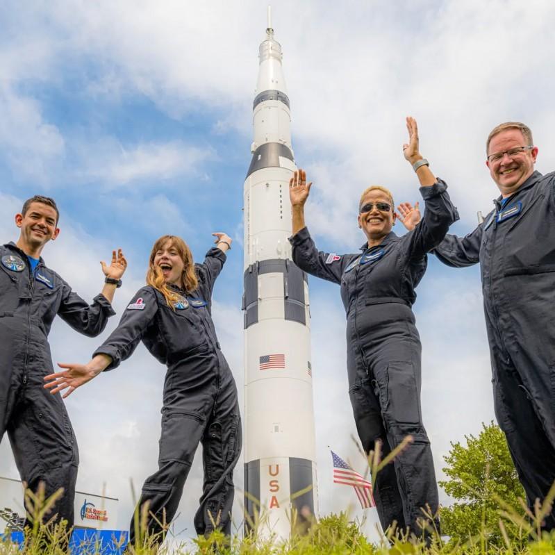 Các thành viên phi hành đoàn trong chuyến du ngoạn bên trong không gian vũ trụ được SpaceX khởi xướng