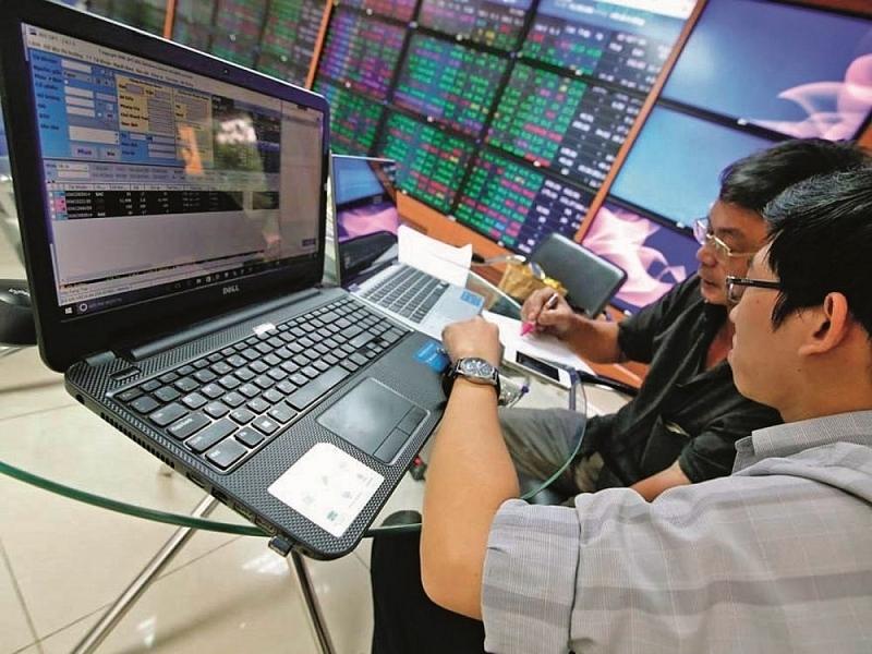 Thị trường chứng khoán phiên cuối tuần trở lại sôi động với sắc xanh là mầu chủ đạo trên các bảng điện tử