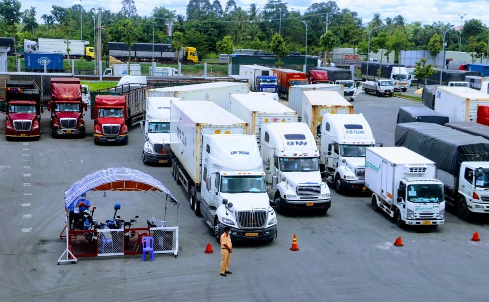 Hàng dai các xe container ùn ứ tại cửa ngõ Cần Thơ trong 3 ngày qua