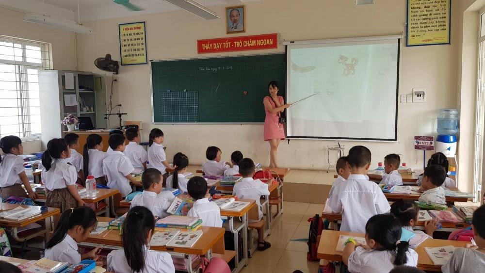 Việc áp dụng sách giáo khoa lớp 1 mới đang khiến cho công tác dạy và học gặp không ít khó khăn