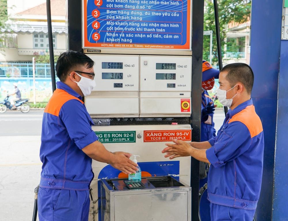 Việc giảm giá này sẽ được thực hiện tại các điểm bán hàng của Petrolimex tại 23 tỉnh, thành đang thực hiện giãn cách theo Chỉ thị 16
