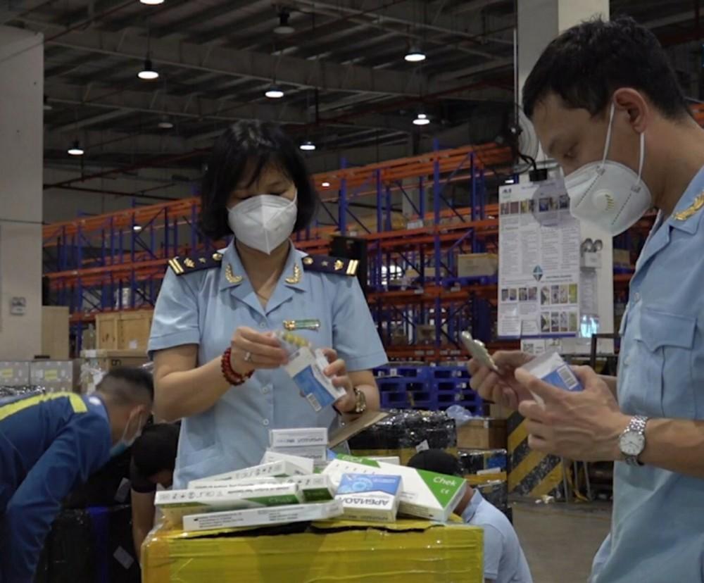Đội Kiểm soát chống buôn lậu khu vực miền Bắc kiểm tra hàng hóa.