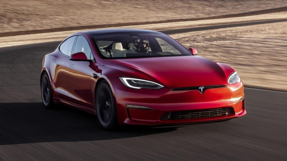 So sánh tốc độ của ô tô chạy bằng xăng và ô tô điện