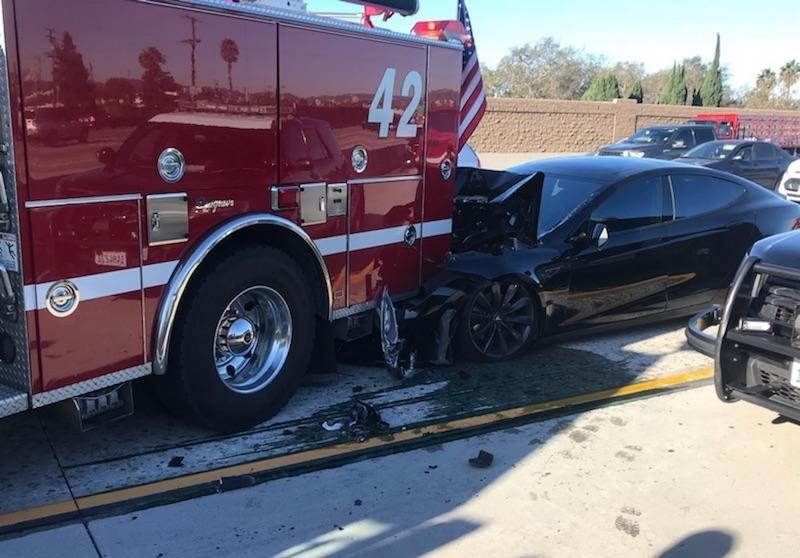 xe Tesla gây tai nạn ở chế độ tự lái.