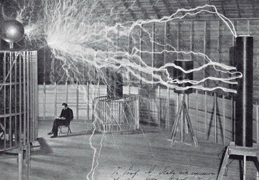 Nikola Tesla trong phòng thí nghiệm với các cuộn dây truyền tải điện hàng triệu volt qua không khí (ảnh minh họa).